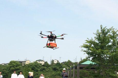 ドローンが病院側へ自律走行する写真(西仙台病院近隣広瀬川河川敷)