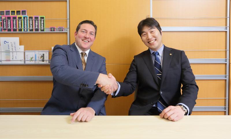 ジェイソンさんと武山さんが握手する写真