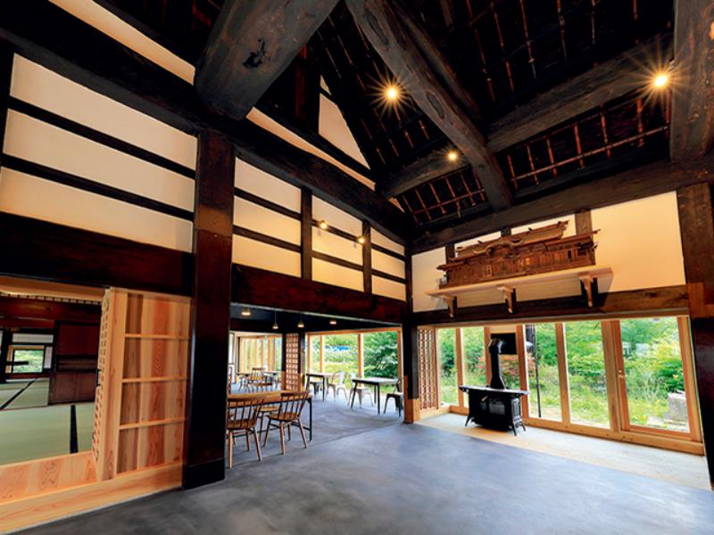 神棚や梁、柱などが残された風情ある屋内空間の写真
