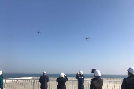 ドローンの複数台同時飛行の写真