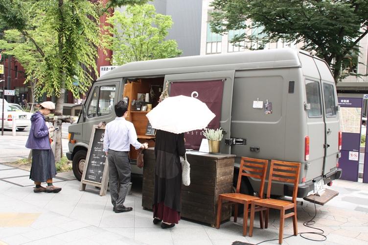 イベント初開催となった青葉通賑わい空間へのケータリングカーの出店写真1